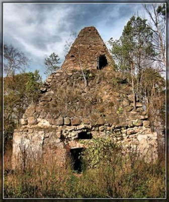 Гробница пирамидальная, находится на городском кладбище. Построена во 2-й половине 19 столетия как усыпальница рода Завишей в виде каменной пирамиды наподобие пирамиды-усыпальницы египетских фараонов.