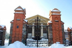 Деревянный костел Святого Креста в г. Узда, построенный в 1798 году генералом Казимиром Завишей. До настоящего времени здесь располагался районный центр культуры.